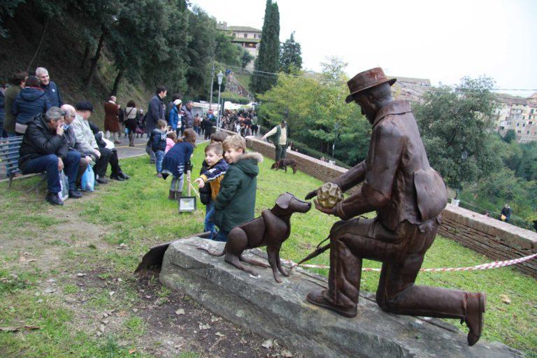 il primato gazzarrini tartufi di san miniato statua tartufaio bego